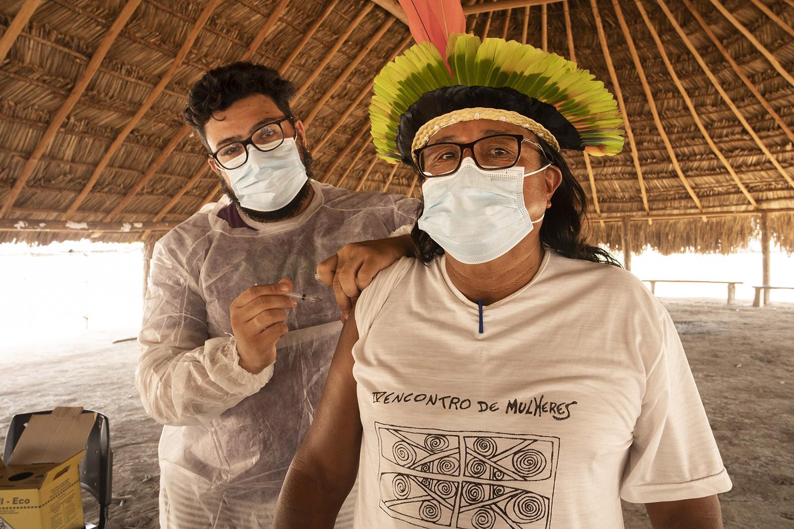 Profissionais de saúde estão trabalhando para vacinar todos os residentes da Terra Indígena do Xingu, que abrange uma área quase tão grande quanto o estado de Massachusetts.