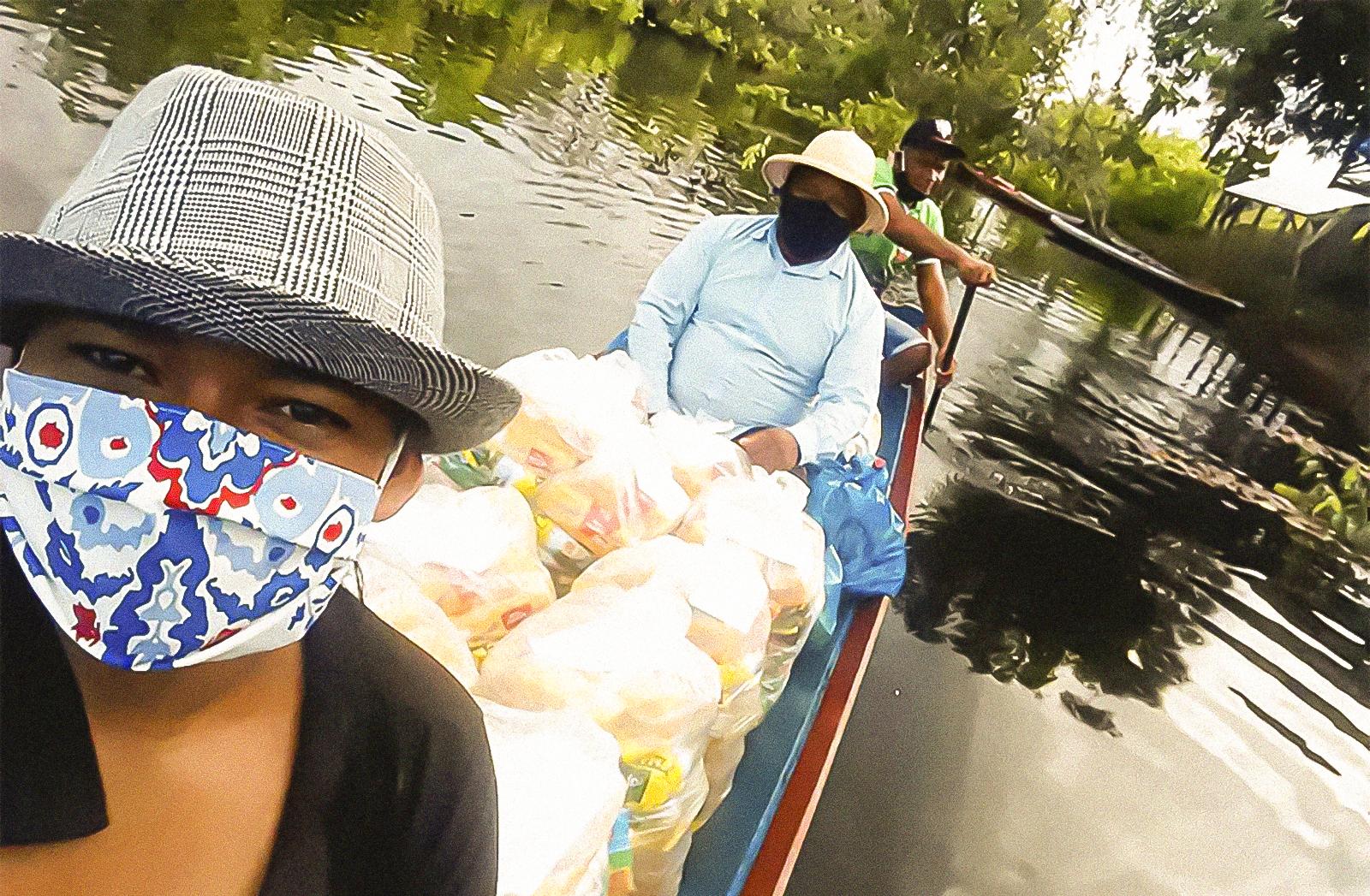 Jocinara Siqueira, Francisco Neto e Edno Lopes entregam cestas básicas para a comunidade do Urupanã. cidade de Terra Santa, no estado brasileiro do Pará, na floresta amazônica.